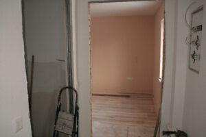 Der Durchbruch in das alte Wohnzimmer ist heute der Eingang zum Schlafzimmer