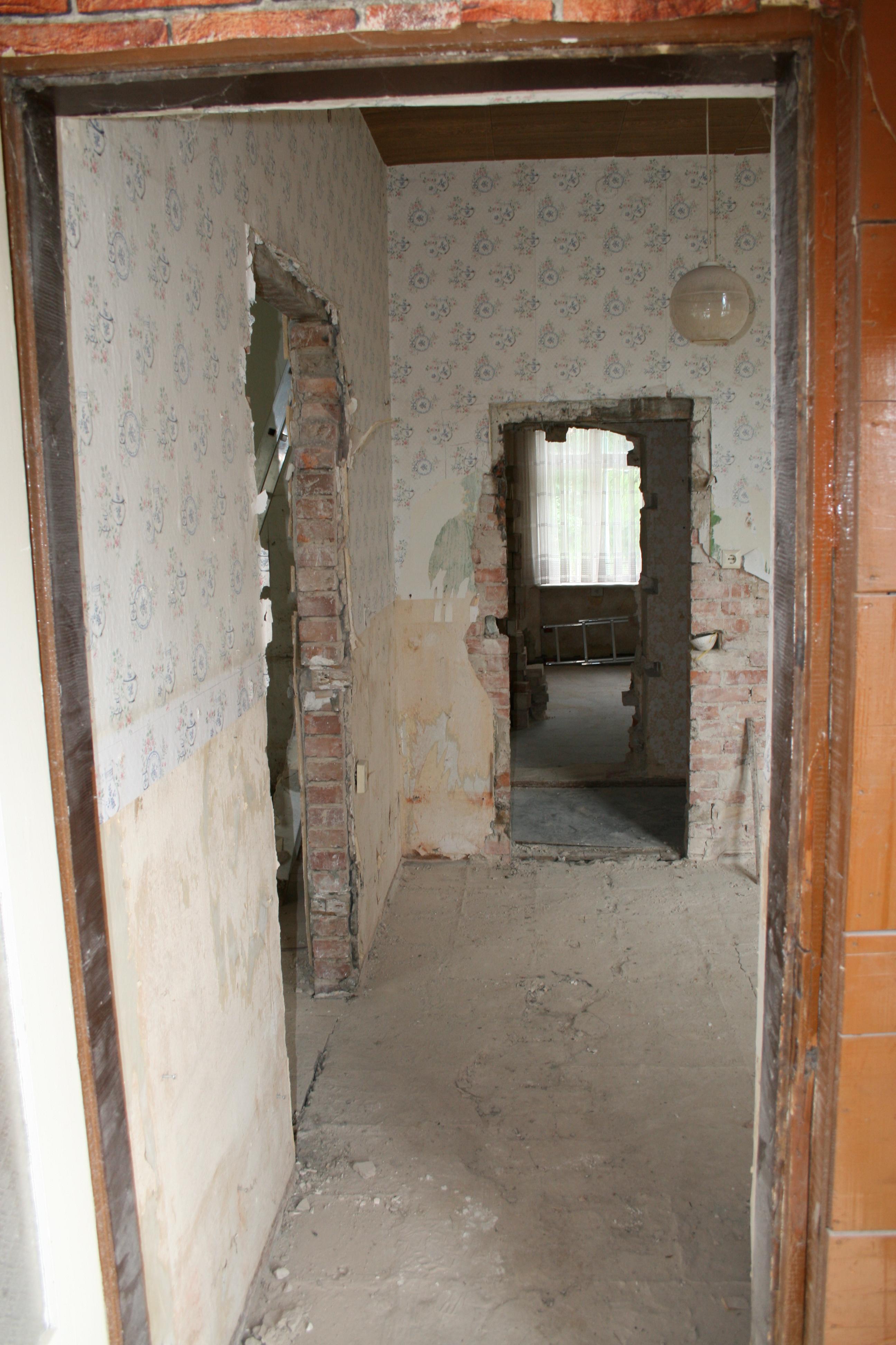"""Blick in die Fewo """"Waldblick"""" - alles ist noch dunkel und verwinkelt, aber hier wird der jetztige Hausflur und der Eingang zu den Wohnungen im Erdgeschoss der Villa enstehen"""