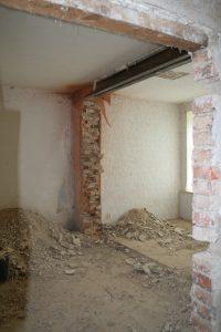 Berge von Schutt nach Abriss der Trennwand zum Erker - Fenster an den Seitenwänden sollen einen schönen hellen Raum schaffen