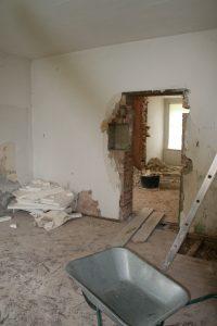 Heute ist es ein schönes helles und moderes Bad - damals ein herunter gekommener Wohnraum - im Hintergrund das heutig Wohnzimmer