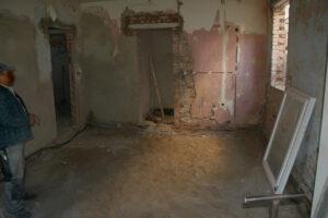 Küche mit Blick ins Bad - die Abtrennung zur Nachbarwohnung ist gesetzt